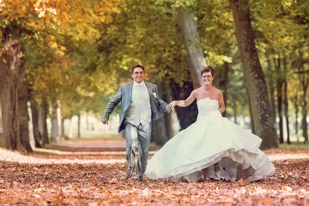 photographe mariage nancy automne courir dans les feuilles mortes